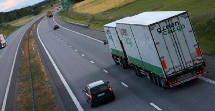 Kỹ năng lái xe an toàn tuyệt đối khi đi cạnh container