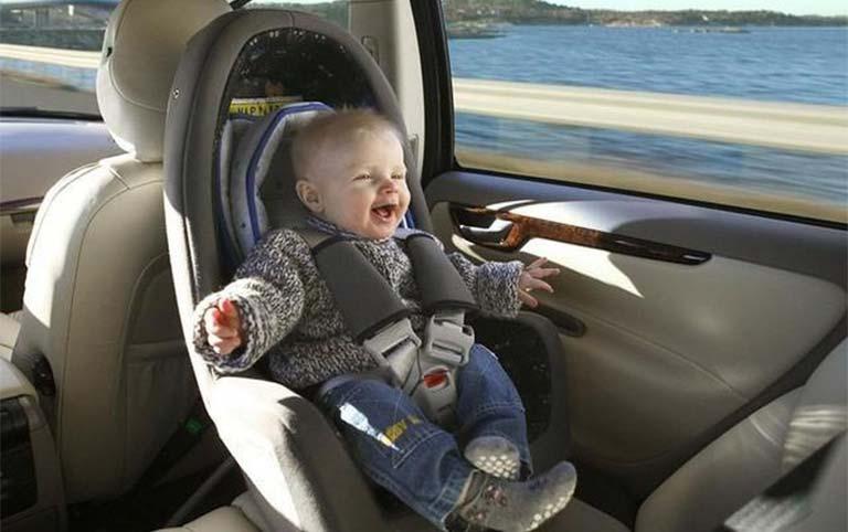 Định vị ghế trẻ con trên xe ô tô